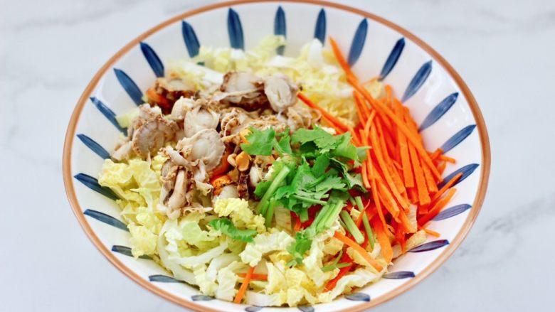白菜心红油扇贝肉,容器里放入白菜心和胡萝卜丝,扇贝肉和香菜段。