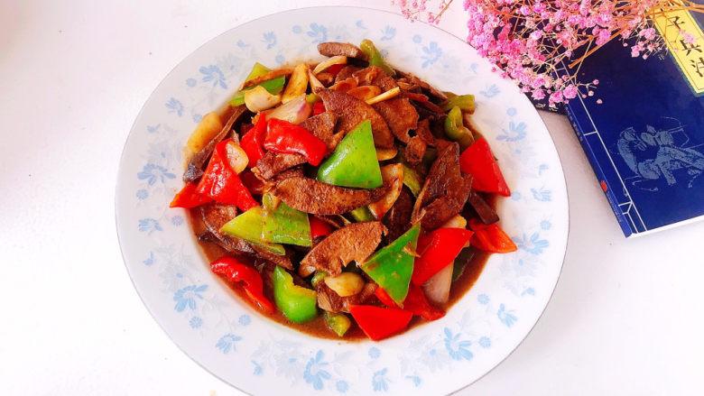 青椒炒猪肝,盛入盘中即可食用