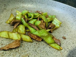 青椒炒猪肝,翻炒,起锅