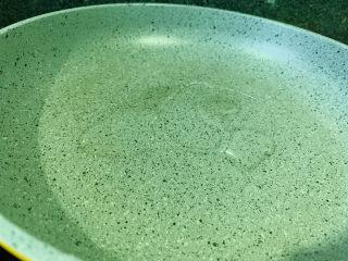青椒炒猪肝,锅加食用油,热锅