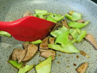 青椒炒猪肝,翻炒均匀