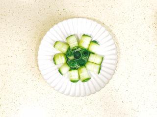 蒜泥黄瓜,再卷几个圈,放在中间,漂亮的黄瓜花就摆出来了