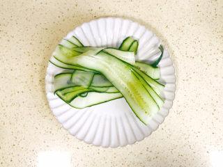 蒜泥黄瓜,一根黄瓜变成好多条薄薄的长条
