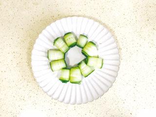 蒜泥黄瓜,一条条卷起来,在盘中摆放成一圈