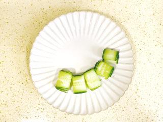 蒜泥黄瓜,排放在盘中