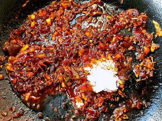 孜然排骨,放入调味料糖、蚝油、一品鲜酱油炒匀