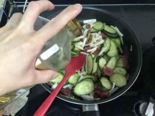 黄瓜炒香肠➕黄瓜白玉菇炒香肠,调味:一汤匙生抽