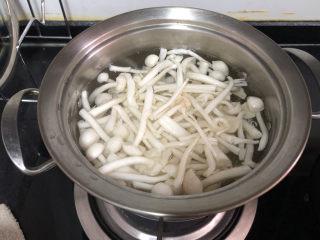 黄瓜炒香肠➕黄瓜白玉菇炒香肠,坐锅烧水,水开下白玉菇焯水一分钟