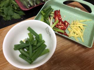 黄瓜炒香肠➕黄瓜白玉菇炒香肠,改刀:姜切姜丝,小葱切段,小米辣斜刀切片