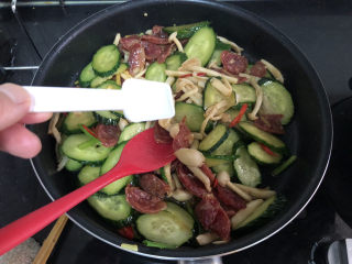 黄瓜炒香肠➕黄瓜白玉菇炒香肠,尝下咸淡,根据个人口味添加少许盐定味,加上葱绿段,翻炒均匀即可出锅