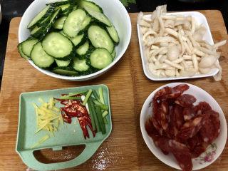 黄瓜炒香肠➕黄瓜白玉菇炒香肠,全部食材准备好