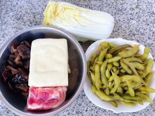 娃娃菜炖豆腐,准备原材料娃娃菜、豆腐、五花肉、泡发好的木耳、卤毛豆备用