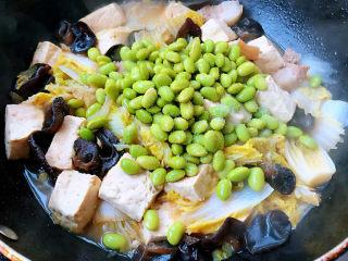 娃娃菜炖豆腐,炖至八成熟时放入放入毛豆改中火炖五分钟