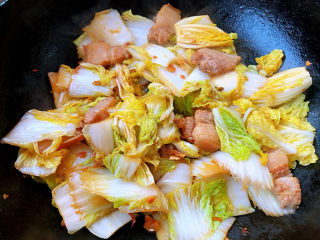 娃娃菜炖豆腐,放入娃娃菜同时放入一品鲜酱油大火快速翻炒至娃娃菜微微变软炒出水份