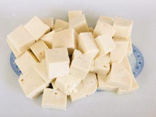 娃娃菜炖豆腐,豆腐洗净,切小块~