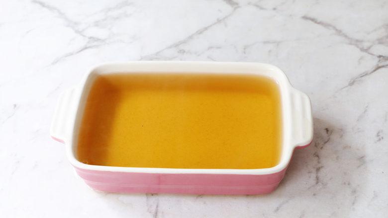 蜜桃乌龙茶冻撞奶,倒入模具中晾凉至凝固
