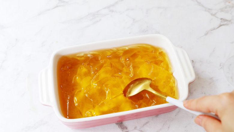 蜜桃乌龙茶冻撞奶,将凝固的茶冻用勺子勺碎,越碎越好,碎一点就可以直接用吸管吸着喝了