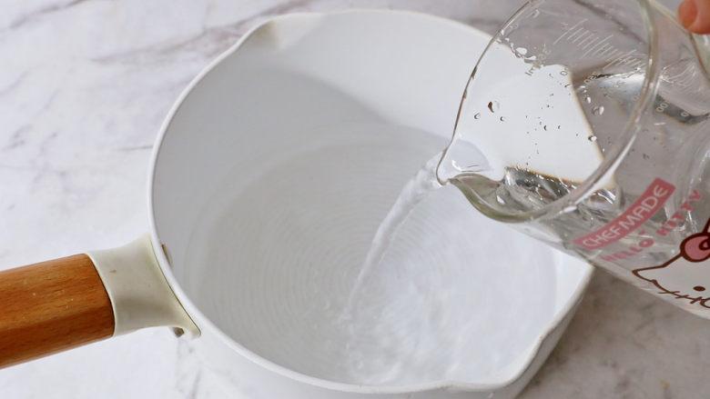 蜜桃乌龙茶冻撞奶,奶锅中加入纯净水