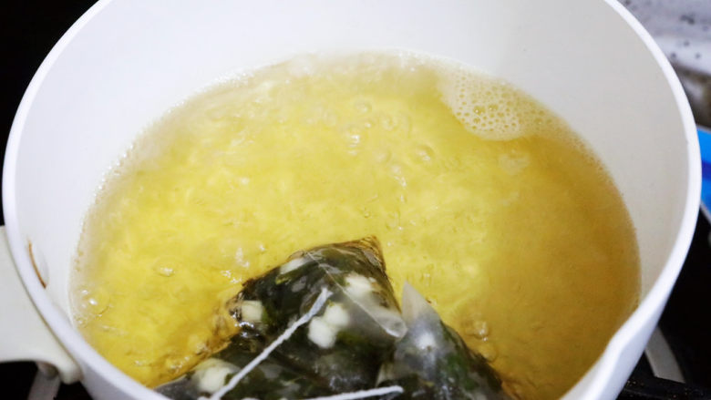 蜜桃乌龙茶冻撞奶,煮开后再煮3分钟