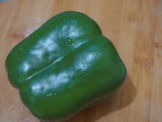青椒炒猪肝,准备1个青椒