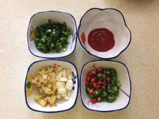 金针菇肥牛卷,青红椒切小圈,姜蒜切末,泡椒切碎,葱切碎,番茄酱酱勺备用