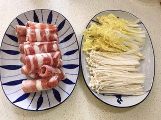 金针菇肥牛卷,肥牛卷取出,金针菇去根洗净撕小朵,娃娃菜洗净切丝
