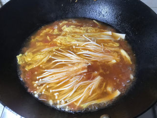 金针菇肥牛卷,下金针菇、娃娃菜,煮两分钟