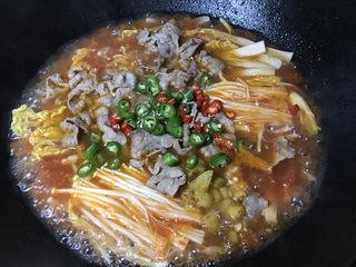 金针菇肥牛卷,下青红椒、泡椒搅拌均匀,再煮一分钟即可