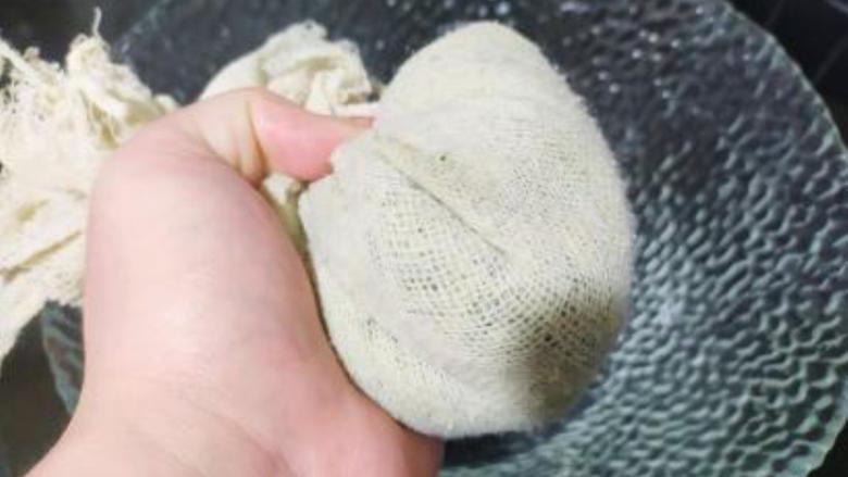 香菇青菜包子,油菜包在纱布里挤出水分;