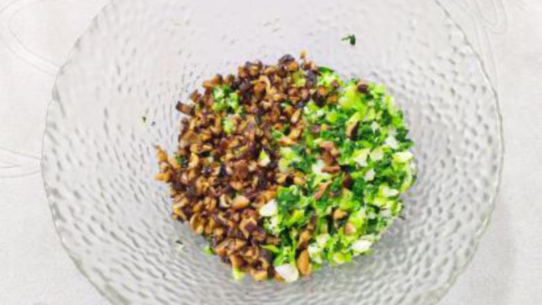 香菇青菜包子,大碗放入油菜、香菇;