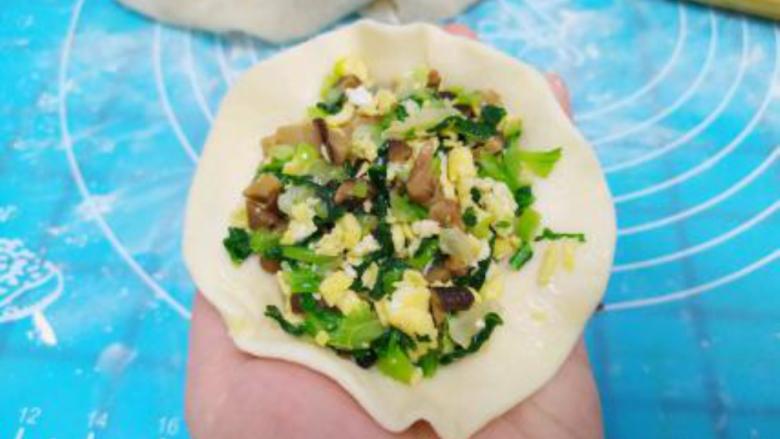 香菇青菜包子,包入馅心,捏成包子;