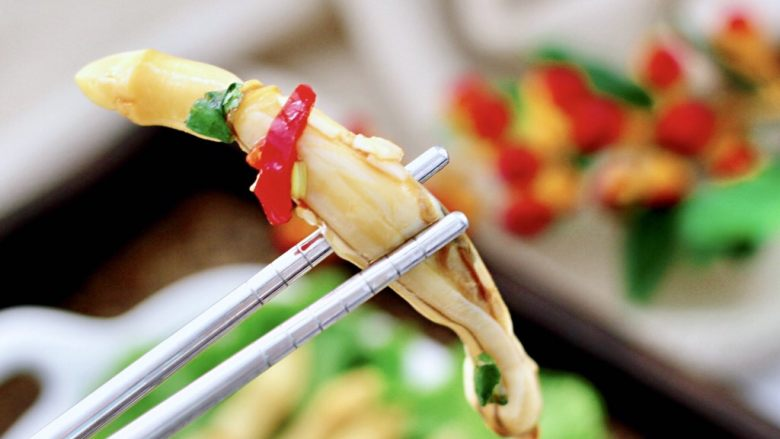 白灼刀把蛏子,把煮好的的刀把蛏子码盘即可,蘸汁就可以大快朵颐了,嘻嘻,看馋了没有。