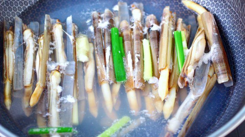 白灼刀把蛏子,大火煮沸后,看见刀把蛏子张口即可关火。