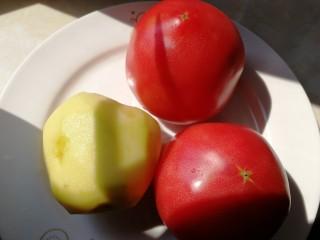番茄牛腩煲,两个番茄洗净,土豆去皮。