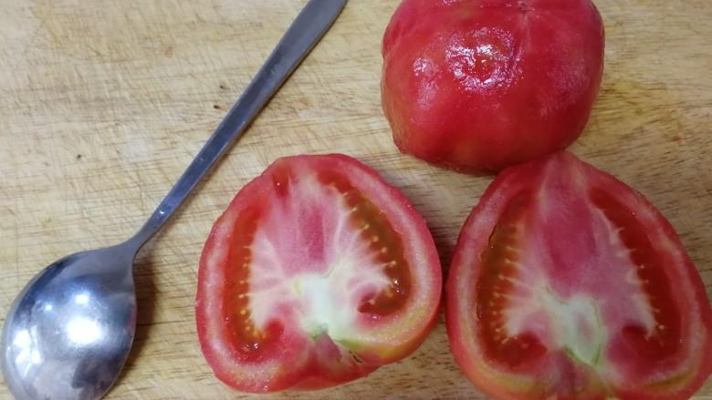 番茄牛腩煲,番茄去皮,切去蒂。