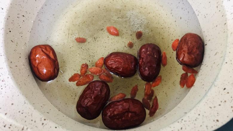 荔枝红枣甜汤,锅中放入清水,红枣枸杞大火炖煮
