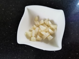 黄瓜炒香肠,蒜切末