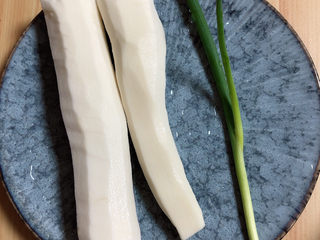 小米蒸排骨,准备一些山药,小葱。