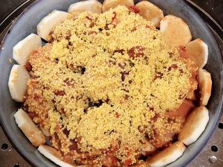 小米蒸排骨,将碗放入蒸锅中,大火蒸20-25分钟。