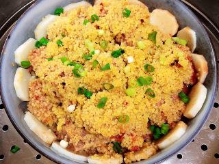 小米蒸排骨,撒上一些香葱末,出锅喽!