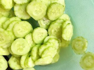 蒜泥黄瓜,大概腌制10分钟,出水后将盐水倒掉,加入少许矿泉水冲洗一下