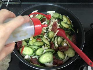 黄瓜炒香肠➕黄瓜白玉菇炒香肠,一茶匙耗油