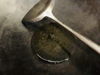 百香果水煮鱼(向往的生活同款),小火烧干放入食用油。