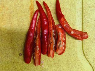 百香果水煮鱼(向往的生活同款),红辣椒对半切开。