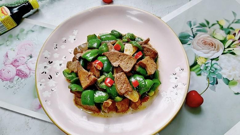 青椒炒猪肝,拍上成品图,一道美味又营养的青椒炒猪肝就完成了。