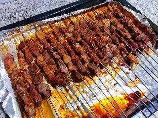 孜然羊肉串,烤好的羊肉串取出满屋飘香