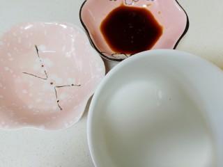 青椒炒猪肝,准备好一汤匙白酒,一汤匙生抽,半小碗水淀粉。