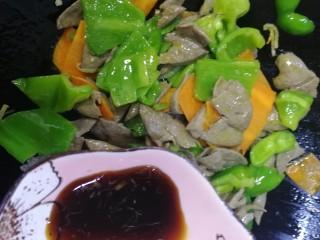 青椒炒猪肝,放生抽,急火炒匀。