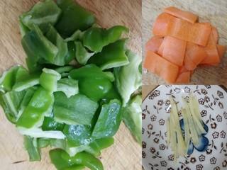 青椒炒猪肝,青椒去蒂去籽,掰小块;胡萝卜切薄片;生姜切丝。