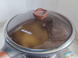 莴笋炒木耳,盖上锅盖,转小火,焖煮2分钟